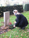 Vanessa Keller, a student from the Gelsenkirchen school, puts down a remembrance wreath on the grave of Friedrich Dröge.